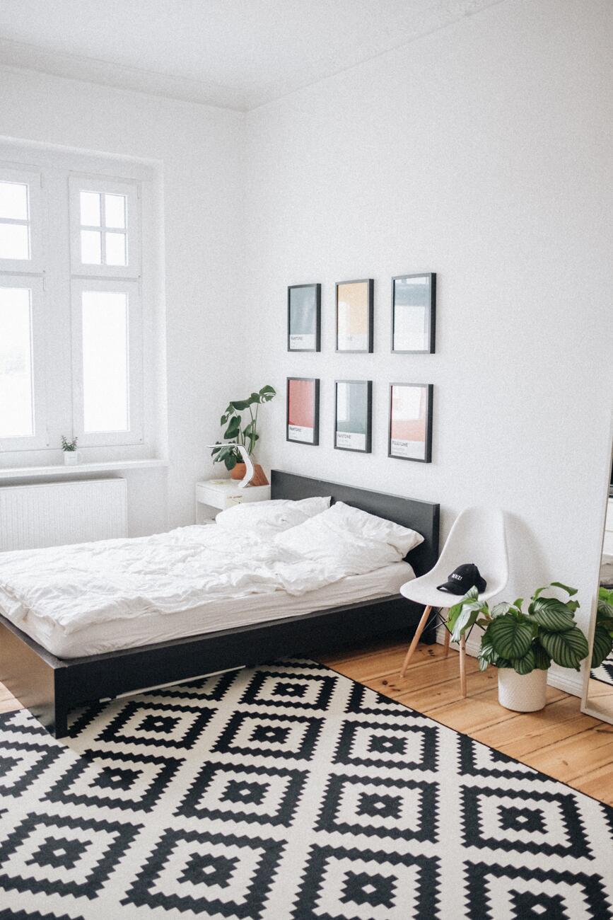 Ugyanúgy a skandináv stílusú hálószoba is tele van fehér tónusokkal és természetes anyagokkal.